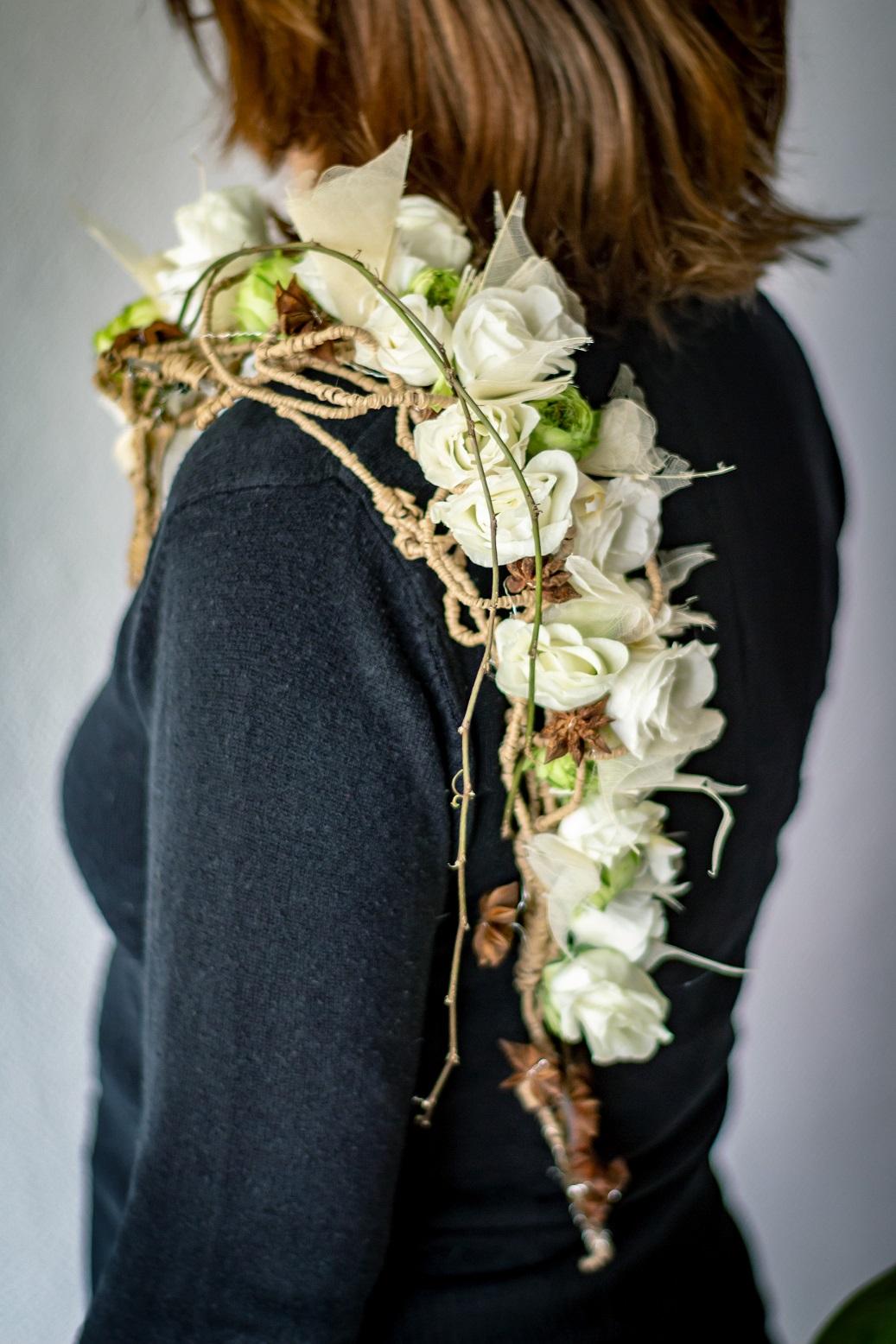 Épaulière fleurie mariage