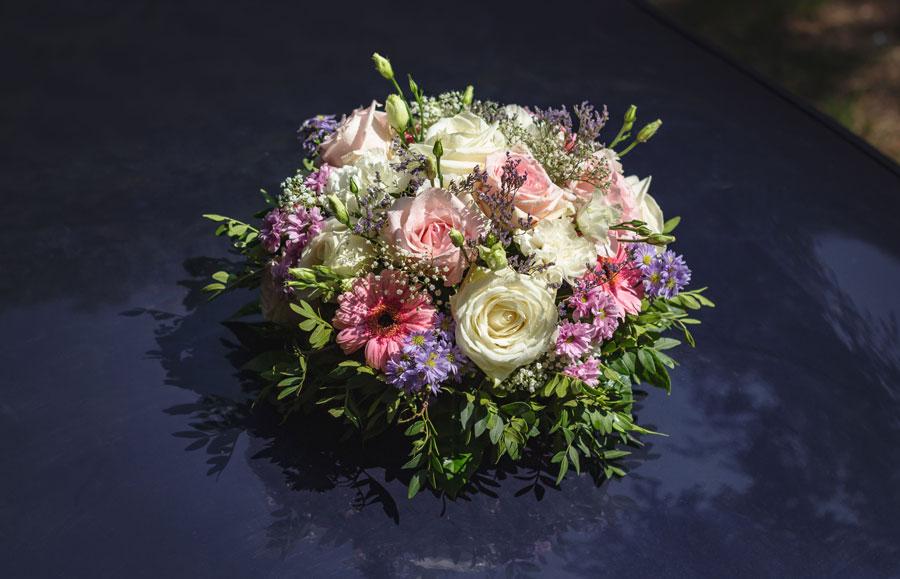 Bouquet mariage capot de voiture